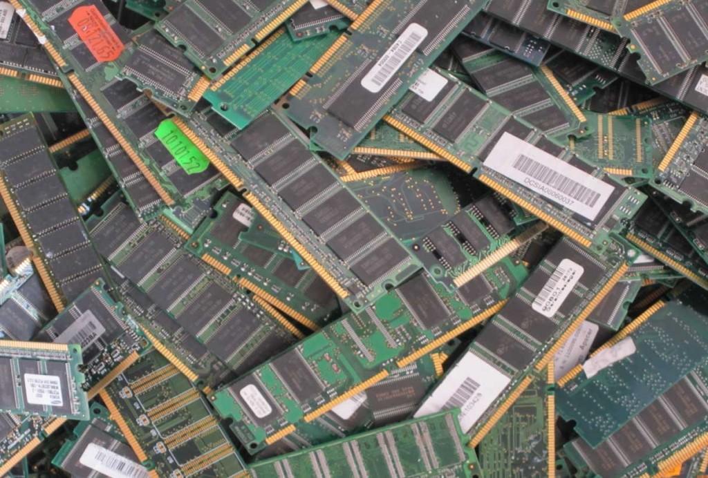 Memoria principal (RAM) con borde dorado - 17,00 / kg